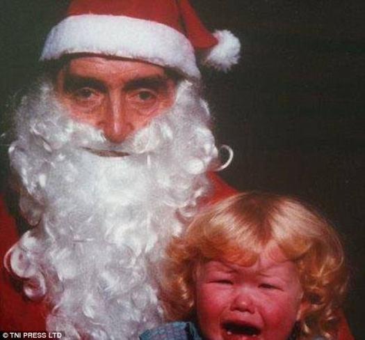 Angustiado: este bebé de pelo rizado no puede contener sus lágrimas mientras posan para su foto