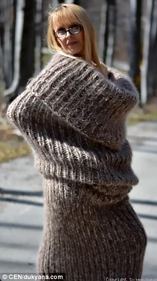 Pero hasta ahora los compradores parecen menos que impresionados por el diseño sin brazos, que muchos dicen que se parece más a un calcetín gigante que a un vestido, y llevan un pañuelo