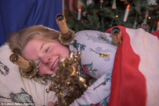 Si bien ella puede casarse con Lumiere, Amanda se va a la cama con otra araña de luces, Jewel, ya que es portátil