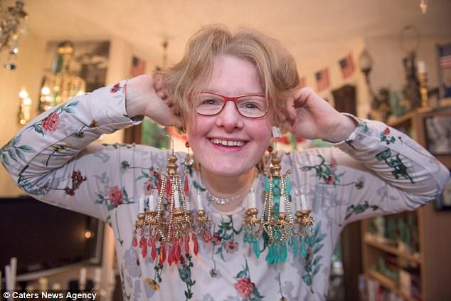 Amanda, que se identifica como Objectum Sexual, diz que seus candelabros não são invejosos um do outro