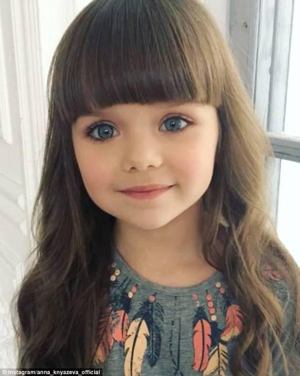 La joven ha ganado legiones de seguidores gracias a sus enormes ojos azules y sus facciones como muñecas, pero algunos comentaristas insisten en que su madre simplemente debería dejarla ser una niña