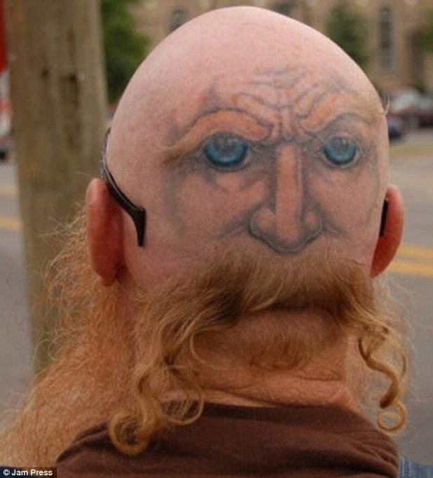 Este tipo inteligente tenía una cara tatuada en su cabeza, pero no solo que de alguna manera se las arregla para afeitarse un segundo bigote usando su pelo sobrante
