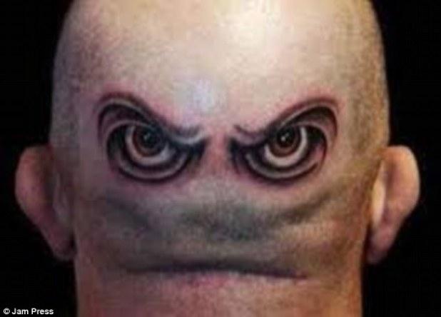 Este hombre no solo escogió tatuarse un par de ojos malvados en la parte posterior de su cabeza, sino que el pliegue en su piel le da aún más una mueca