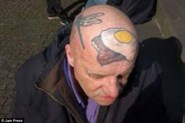 ¡Un gran fanático del desayuno!  Este hombre llevó su amor por los huevos fritos en pan tostado a otro nivel al tener grabado en su cabeza