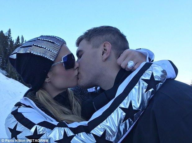 Sellado con un beso: la heredera compartió fotos del momento con Instagram el martes, mostrando su enorme anillo de compromiso de diamantes en forma de pera