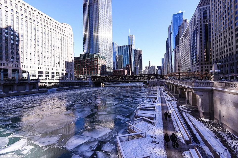 Illinois verá as temperaturas nos 30 anos mais altos na segunda e quarenta para meio da semana.  Foto é uma visão de gelo flutuando sobre o rio Chicago congelado em 6 de janeiro de 2018