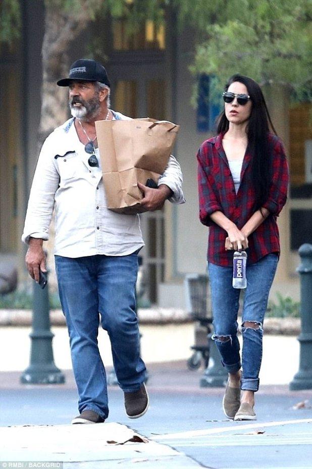 ¡La pareja que se viste, permanece unida!  Al parecer, tomando señales de estilo de su hombre, la señorita mucho más joven de Mel también lucía una camisa abotonada, jeans azules y zapatos estilo voley