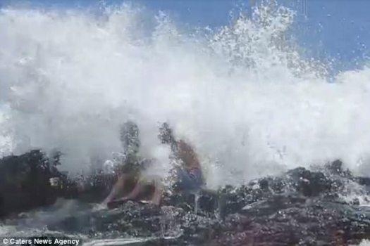 El momento dramático en que una gran ola golpeó a los recién casados fue capturado en la cámara