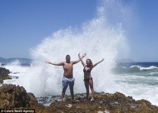 Marelize Dreyer, de 25 años, y Ryan Dreyer, de 26, (en la foto) fueron derribados por una gran ola mientras posaban para tomar fotos en una playa en Hermanus, Sudáfrica.