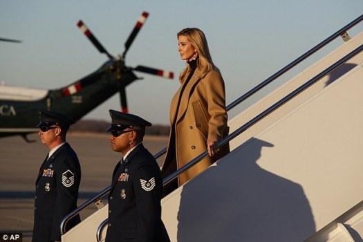 Ivanka Trump camina por los escalones de Air Force One después de acompañar al presidente Donald Trump a Pensilvania para promover su plan de impuestos, el jueves 18 de enero de 2018.