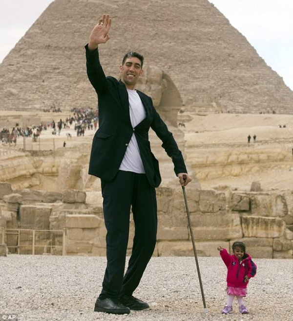 The world's tallest man meets the world's shortest woman ...