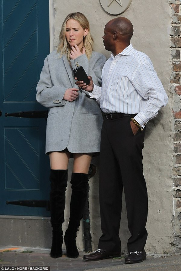 Jennifer Lawrence smokes hand rolled cigarette in alley ...