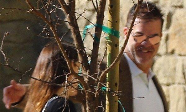 Jennifer Garner gets warm greeting from mystery man in LA ...
