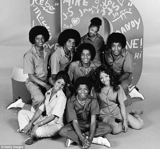 Seus famosos irmãos: Joh'Vonnie disse que conheceu cada um de seus meio-irmãos depois que Joe revelou à família que ele tinha outra filha. Foto acima da esquerda para a direita: Rebbie, Randy, LaToya, Michael, Jackie, Marlon, Janet e Tito Jackson