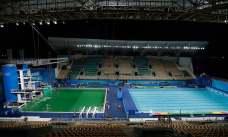 ریو اولمپکس میں اس سوئمنگ پول کا منظر جس کا پای پراسرار طور پر ہرا ہو گیا جبکہ سامنے والے سوئمنگ پول کا پانی بدستور نیلا ہے۔ فوٹو اے پی