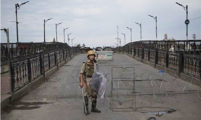 An Indian paramilitary soldier stands guard during curfew on India's Independence Day in Srinagar Monday, Aug. 15 ─ AP