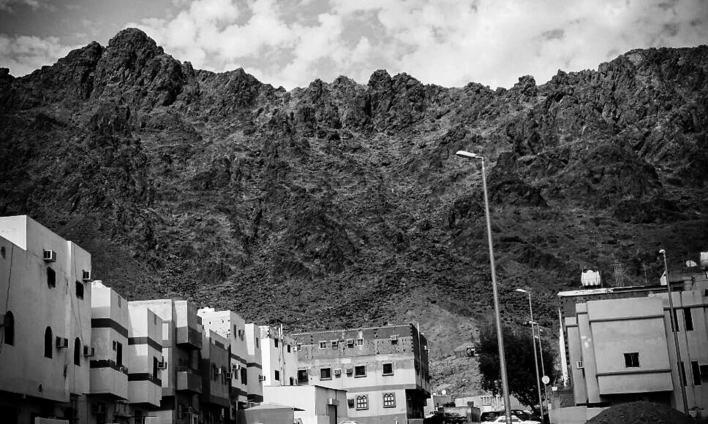 مدینہ سے چار کلومیٹر دور جبل احد کا ایک منظر۔جنگ احد اسی مقام پر لڑی گئی تھی اور حضرت حمزہ (رضی اللہ تعالی عنہ) کی آخری آرام گاہ بھی یہیں موجود ہے۔