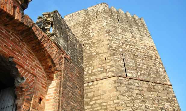 قلعے کا زیادہ تر حصہ کھنڈرات میں تبدیل ہوگیا ہے، لیکن ماضی کی شان و شوکت کی چند علامات اب بھی باقی ہیں۔