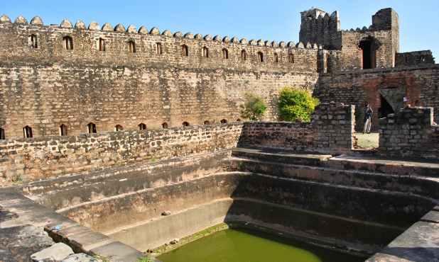 مؤرخین یہ اندازہ لگانے میں ناکام ہیں کہ آخر اس نسبتاً چھوٹے قلعے میں اتنے بڑے تالاب کیوں بنائے گئے ہیں۔