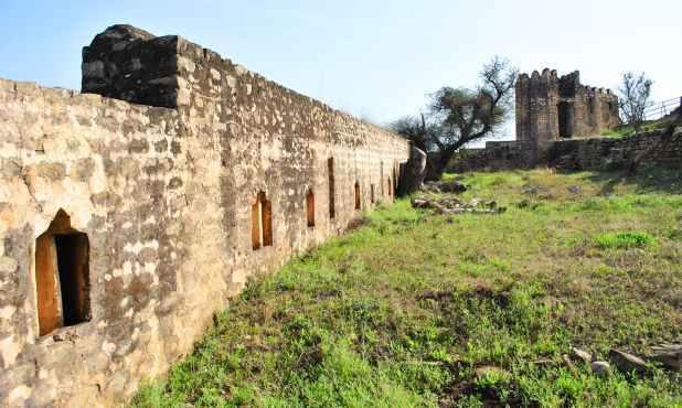 کہتے ہیں کہ یہ قلعہ ایک قدیم ہندو شیو مندر پر تعمیر کیا گیا تھا، لیکن موجودہ تعمیر سولہویں صدی کی ہے۔
