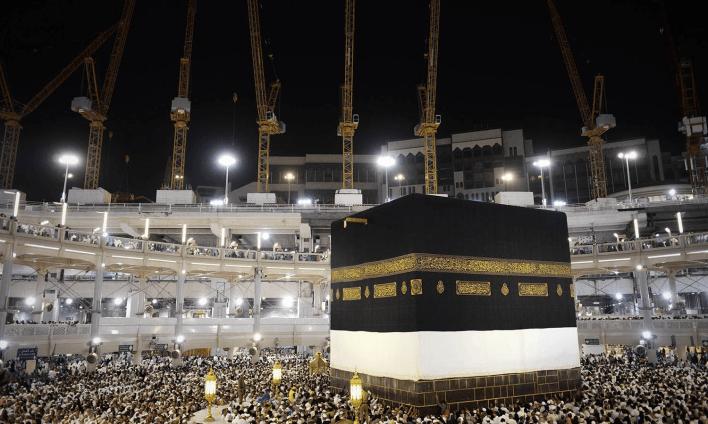 مسلمان حجاج مکہ میں خانہ کعبہ کا طواف کر رہے ہیں — فوٹو اے ایف پی