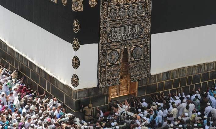 مسلمان کعبہ کے گرد عبادت میں مصروف ہیں — فوٹو اے پی
