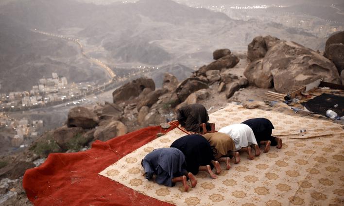 کوہ طور پر لوگ عبادتوں میں مشغول ہیں — فوٹو رائٹرز