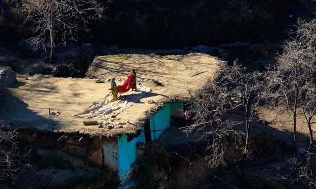 گھر کی چھت پر لڑکیاں کام کر رہی ہیں. — فوٹو سید مہدی بخاری۔