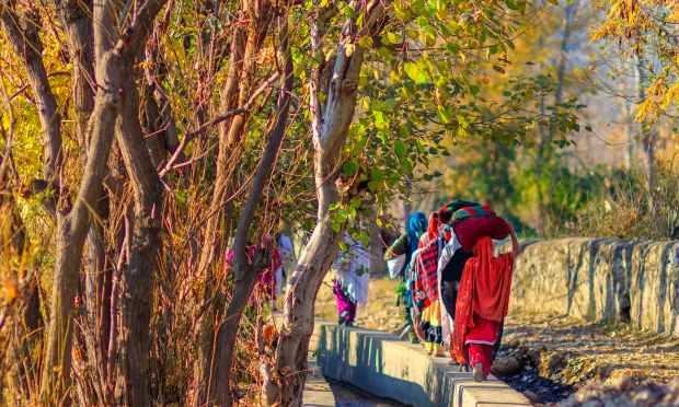 خواتین گھر جا رہی ہیں. — فوٹو سید مہدی بخاری۔