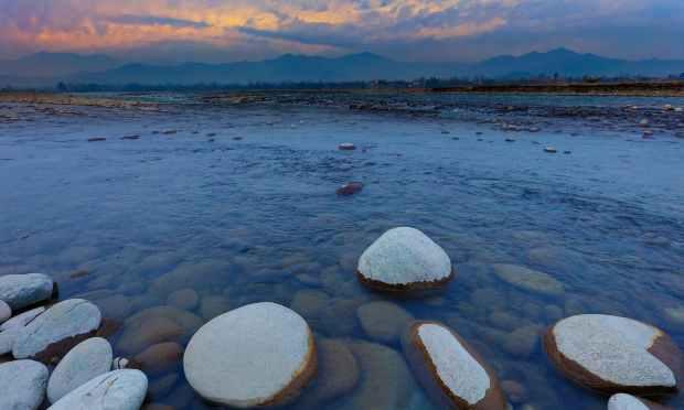 دریائے سوات پر شام کا منظر. — فوٹو سید مہدی بخاری۔