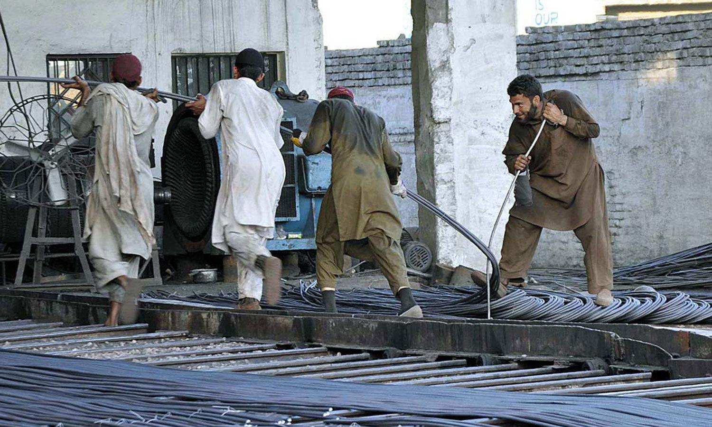 ایک اندازے کے مطابق ملکی آبادی کا 33 فیصد محنت کشوں پر مشتمل ہے— اے پی پی فوٹو