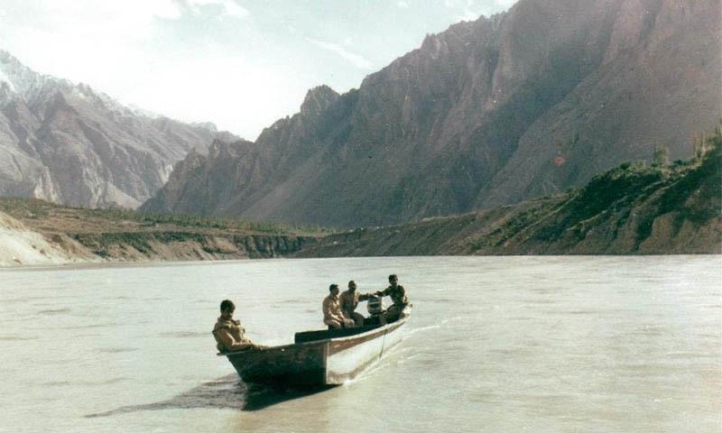 لانس نائیک فیض محمد کے زیرِ استعمال رہنے والی ریسکیو کشتی جس میں بیٹھ کر اُنہوں نے فوجی جوانوں اور سویلینز سمیت 26 ڈوبتے افراد کو دریا سے بحفاظت باہر نکالا — فوٹو بشکریہ/ نور پامیری