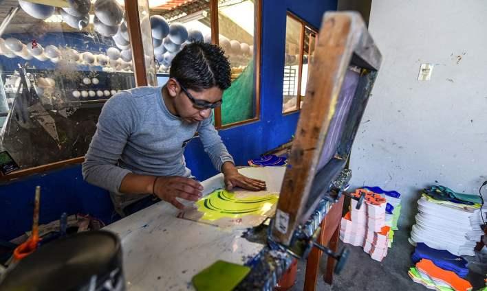 فیکٹری میں کام کرنے والے مزدور گیند کو خوب صورت بنانے میں خاص مہارت رکھتے ہیں—فوٹو: اے ایف پی