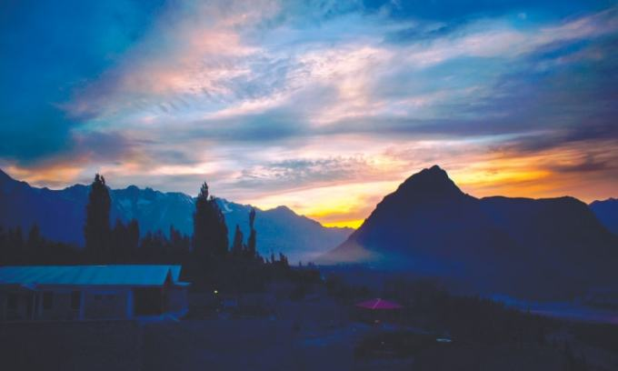 A stunning sunset in Skardu with the Indus River flowing to the right / Photos by the writer