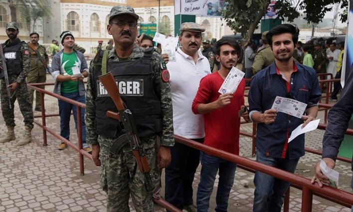 میچ کیلئے اسٹیڈیم کے اندر اور اطراف شدید سیکیورٹی انتظامات کیے گئے ہیں— فوٹو: اے پی