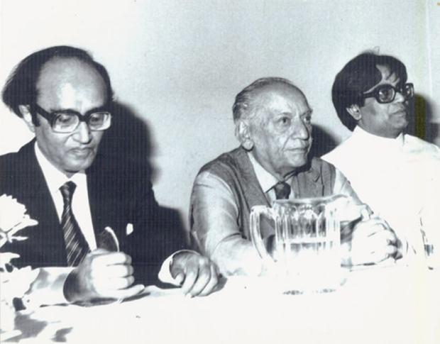 1980ء کی دہائی میں مشتاق احمد یوسفی فیض احمد فیض اور افتخار عارف کے ہمراہ اردو مرکز لندن میں موجود ہیں—تصویر بشکریہ یاسمین حمید