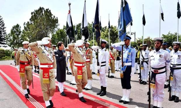 وزیر اعظم ہاؤس میں مسلح افواج کے چاق و چوبند دستے نے عمران خان کو گارڈ آف آنر پیش کیا — فوٹو: اے پی پی