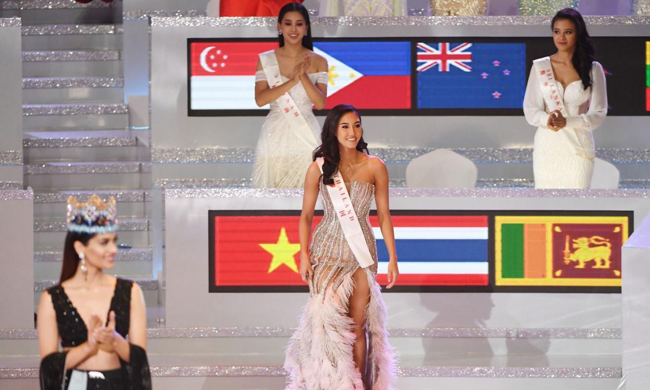 رنر اپ کا اعلان کیے جانے کے بعد تھائی لینڈ کی نکولین پشاپا لمسنوکن ریمپ پر آ رہی ہیں— فوٹو: اے ایف پی