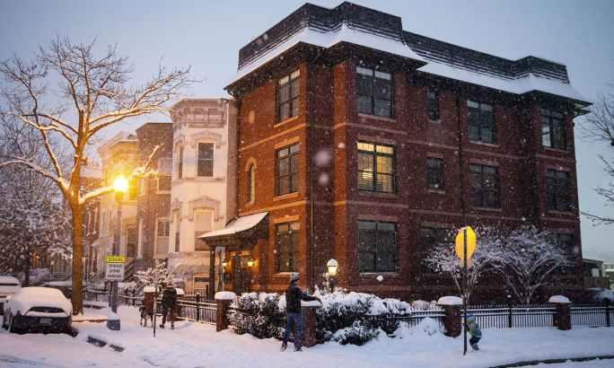 واشنگٹن کی گلیوں میں برف نے ڈیرے ڈال رکھے ہیں—فوٹو:اے ایف پی