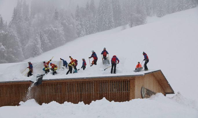 جرمنی کے شہر میں 300 میٹر طویل برف تودا گرا اور ایک ہوٹل کو بھی لپیٹ میں لیا—فوٹو: اے ایف پی