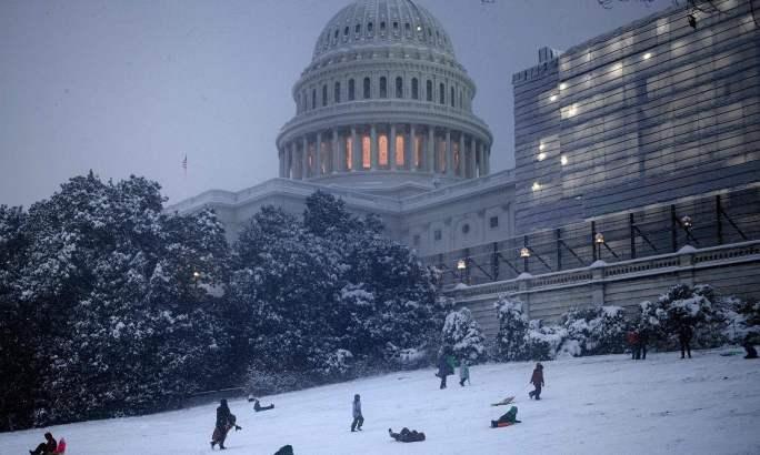 واشنگٹن میں تیسرے روز بھی مزید برف باری کی پیش گوئی ہے—فوٹو: اے ایف پی