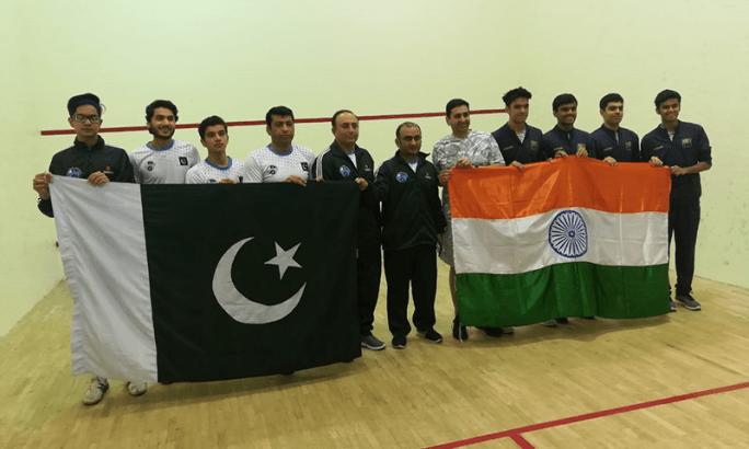 میچ کے اختتام پر اسپورٹس مین شپ کا مظاہرہ کرتے ہوئے دونوں ٹیموں نے گروپ فوٹو بنوایا — فوٹو، پاکستان اسکواش فیڈریشن