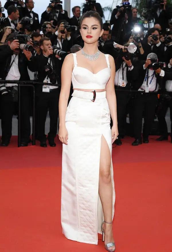 امریکی گلوکارہ سلینا گومز نے بھی کانز ریڈ کارپٹ پر سب کو متاثر کیا