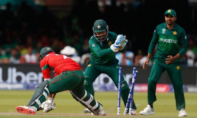 پاکستان نے بنگلہ دیش کو 221 رنز پر ڈھیر کردیا — فوٹو: اے پی