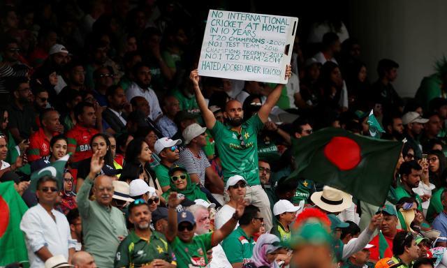 پاکستانی شائقین کی بڑی تعداد نے میچ دیکھنے کے لیے اسٹیڈیم کا رخ کیا — فوٹو: رائٹرز