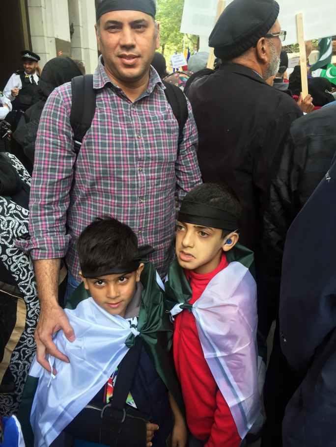 مظاہرے میں دیگر شہروں سے بھی لوگ لندن پہنچے—فوٹو: عاتکہ رحمٰن