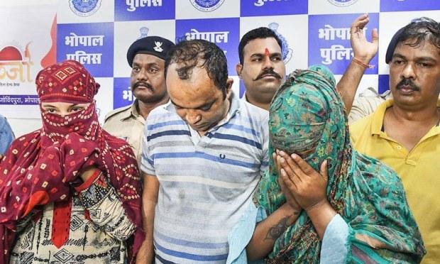 گرفتار مرکزی ملزم خواتین کے ساتھ رہنے والے قریبی مرد ملزمان کو بھی گرفتار کیا گیا ہے — فوٹو: پریس ٹرسٹ آف انڈیا