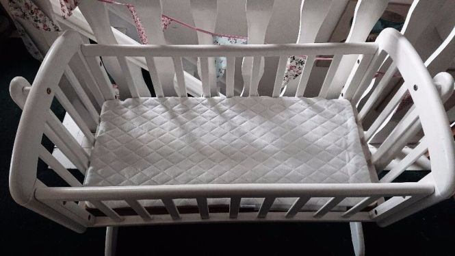 For White Swinging Crib With Locking Pins It To Stand Without Comes