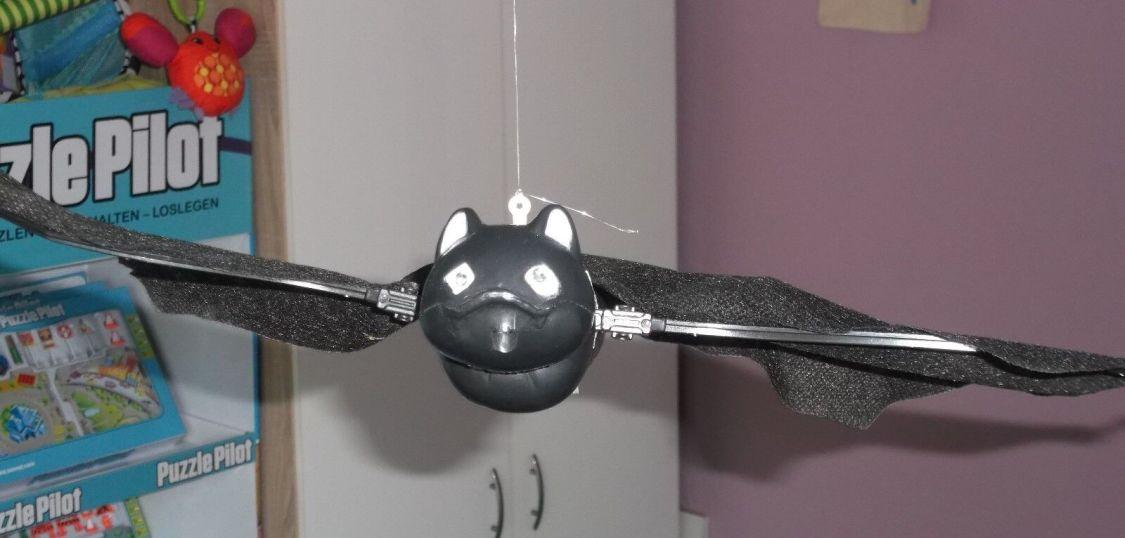 Halloween Deko fligende Fledermaus, mit roten LED-Augen (Batmann) Partyspass
