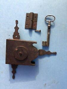 details sur ancienne serrure avec cle 18 eme meuble armoire